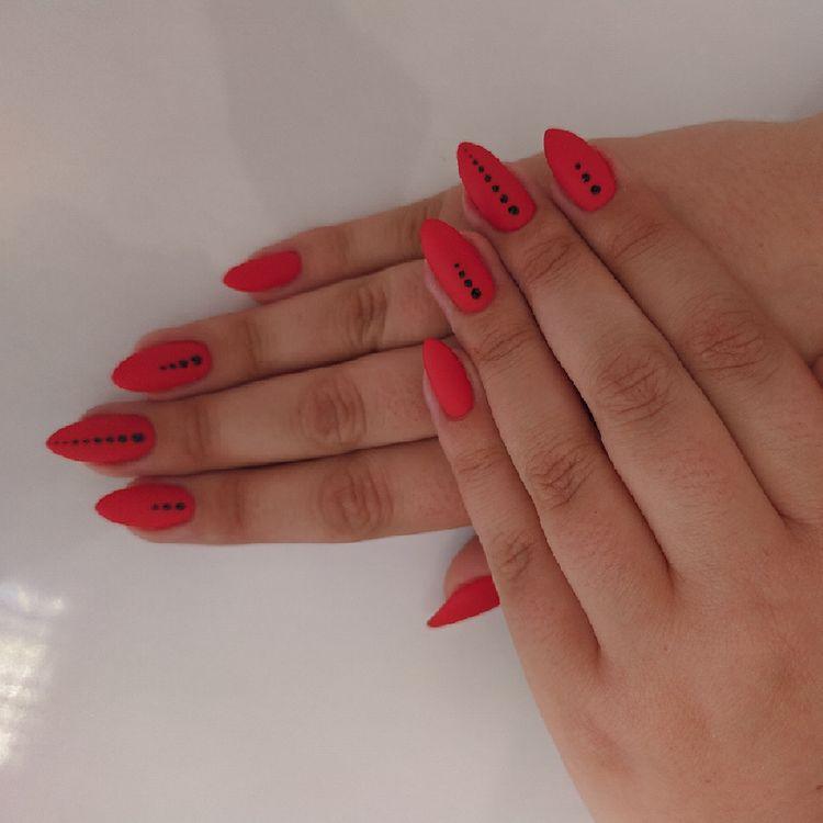 Manicure hybrydowy czerwień + matowy top + zdobienie