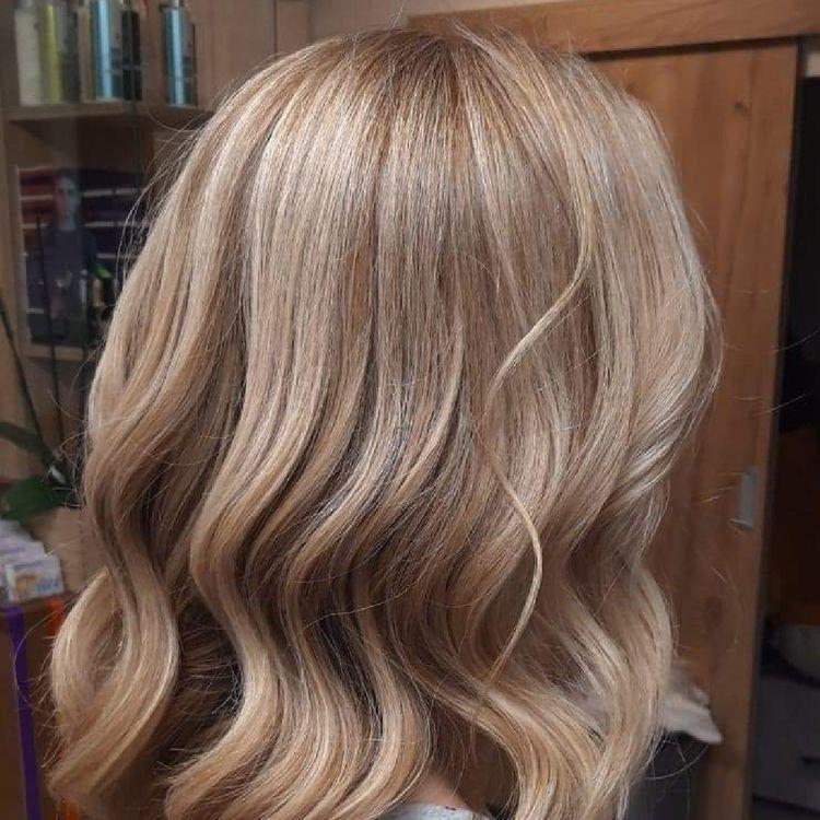 Koloryzacja blond z delikatnymi beżowymi pojaśnieniami- praca Pani Magdaleny