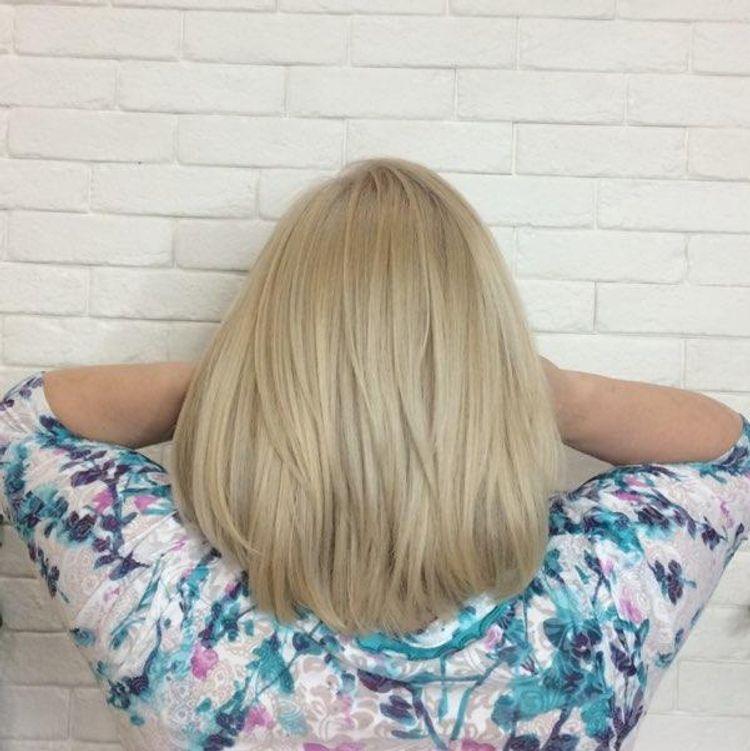 Perłowy blond.