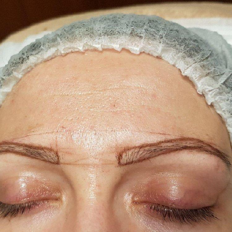 Pierwsza faza makijażu permanentnego, zrobienie rysunku brwi