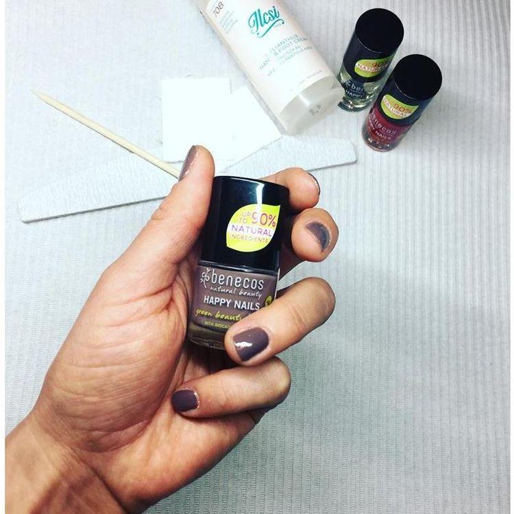 Manicure klasyczny wykonujemy naturalnymi lakierami.