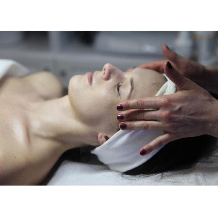 Masaż twarzy - zabieg wykonywany wyłącznie na organicznych, profesjonalnych preparatach.
