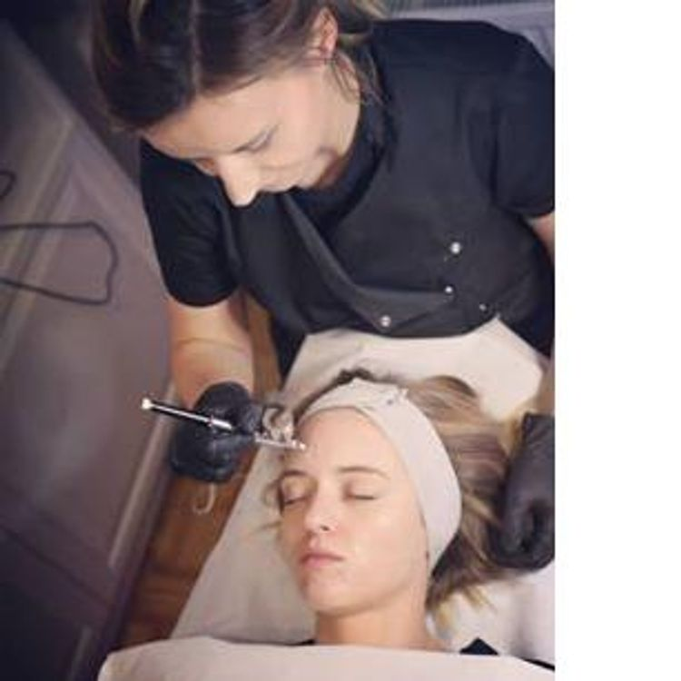 Infuzja tlenowa - zabieg, który polega na wtłaczaniu preparatów aktywnych do głębokich warstw skóry za pomocą skoncentrowanego, czystego tlenu. Efekty widoczne natychmiast po zabiegu.