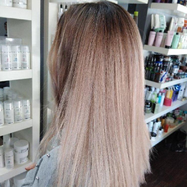 Sombre z chłodnym odrostem i końcami w blondzie z nutką fioletu, tworzącymi piękny perłowy efekt.