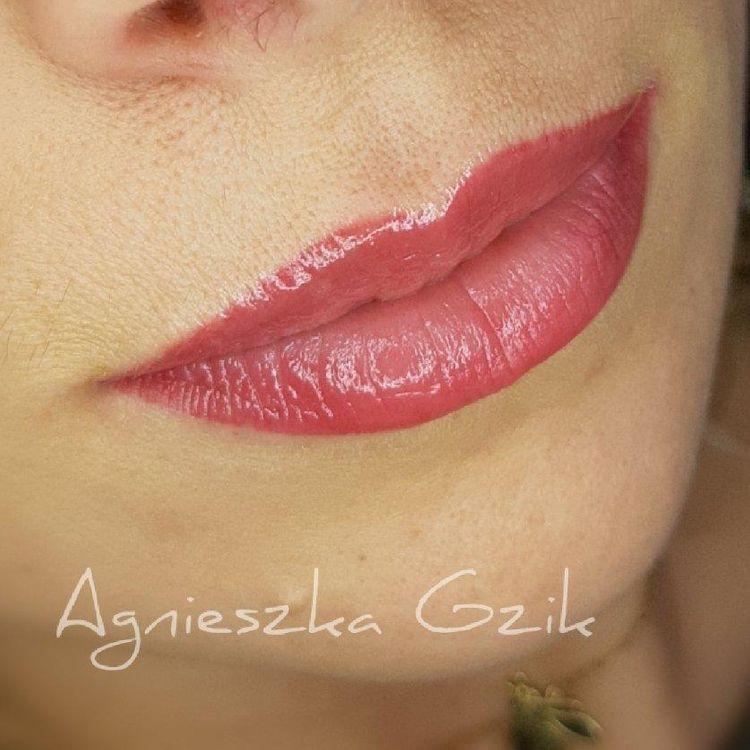 Wygojony makijaż permanentny ust