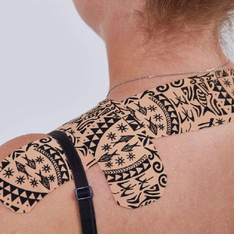 Dynamiczny taping, aplikacja pomocna przy bólach i napięciach mięśniowych.